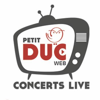 Le 3 septembre 2020 a eu lieu en direct le premier test de la nouvelle chaîne numérique du Petit-Duc, dans les conditions d'une séance de travail, avec le trio Joulik, Mélissa Zantman à la flûte traversière, au piano, à l'accordéon; Robin Celses aux guitares, oud, bouzouq..., qui se sont rencontrés en 2010, et Claire Menguy au violoncelle, qui les a rejoints en 2016. Qu'ils viennent du trad, du jazz ou du classique, ou des trois à la fois, le trio chante des chansons du monde en cherchant à relier l'histoire, les langues et les couleurs vocales, souvent polyphoniques, de chansons inspirées de chants traditionnels mais qui sont pour la plupart des créations, un folklore imaginaire. La recherche d' effets de sons semblant venir  d'une cueca (tambour brésilien à friction), d'une kora, d'un cymbalum ou d'un berimbau (instrument frappé), mais joués avec des instruments non traditionnels, l'utilisation d'un looper  ou d'un octaver  leur permet d'enrichir leurs couleurs sonores, de faire des ponts entre les musiques, des pays de l'Est (Joulik est un mot russe qui signifie chenapan) à l'Afrique, des Balkans à l'Inde... Après l'historique de la situation et des projets du Petit Duc par son directeur artistique Gérard Dahan, le trio a joué comme en répétition, une chanson en espagnol, Papel, une en français, ont rectifié leurs arrangements, se sont prêtés au jeu des questions de Gérard, et de Myriam qui retransmettait le tchat du public, puis ont offert un poème réunionnais en cours de mise en musique . Détail: la formation que j'avais chroniquée début  2016 comportait à la place de la violoncelliste une contrebassiste, Gabrielle Gonin que nous retrouverons cette année dans le quintet La Mòssa.