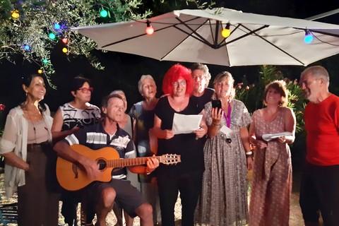 Chanson finale de clôture dans le jardin de Marie et Eric (photos Anne-Marie Panigada)