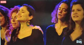 EN DIRECT DU PETIT-DUC Photo Capture La Mòssa Le mercredi 14 octobre Bout'chou concert invitait les toux petits  à découvrir en deux séances l'après-midi de grands compositeurs classiques – Offenbach, Rossini, Mozart – et des chants traditionnels bulgares.  Vendredi 16 octobre c'est le Quartet Fred Pasqua /Moon River, batterie, guitare contrebasse bugle et trompette, qui était sur la scène du Petit-Duc, ambiance paisible, subtile et chaleureuse.  Samedi 17 octobre, exceptionnellement avancé à 18h30 en raison du couvre-feu, le concert de La Mòssa présentait ses chansons puisées dans les répertoires traditionnels d'Italie et particulièrement de Naples, du Limousin, de la Réunion, du Brésil, d'Albanie, de Bélarus ou de Finlande... avec des percussions venues du monde entier: sando brésilien qui fait l'effet d'un tom basse, tambourin italien, kayamb réunionnais, karkabou d'Afrique du Nord... Les cinq chanteuses, Lilia Ruocco, Emmanuelle Ader, Sara Giommetti , Gabrielle Gonin (que nous avions rencontrée auparavant avec Joulik) et Aude Marchand, que l'on croirait descendues de tableaux de la renaissance italienne avec leurs cheveux blonds vénitiens ou bruns,mêlent leurs timbres et leurs harmoniques, jouent avec les musicalités, et parlent de thèmes éternels où parfois les revendications féminines se rencontrent.  Ce weekend deux concerts des Swing Cockt'Elles, Et Dieu créa le Swing, le 24 à 18 heures et le 25 à 17 heures, exceptionnellement non retransmis sur la chaîne web, affichaient complet.  A compter du 7 novembre, en raison du couvre-feu, et jusqu'à nouvel avis tous les concerts prévus (Joulik, Didier Sustrac, etc.) sont maintenus aux horaires prévus et enregistrés sans public, visibles UNIQUEMENT VIA LA CHAINE WEB, en direct seulement, soit à l'unité, soit en prenant  l'abonnement qui donne droit à tous les spectacles, adhésion de 5 € au Petit Duc pour la saison requise dans les deux cas. Toute personne ayant déjà acheté son billet  en présentiel pourra en demander