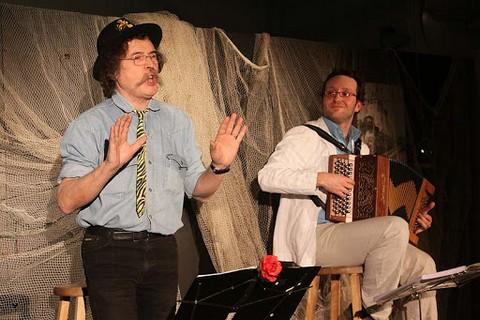 Hal Collomb (avec Jonathan Mathis à l'accordéon) photo Patrick Boez