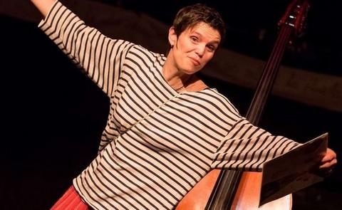 Agnès Doherty dans son spectacle sur Boby Lapointe (photo P. Noirault)